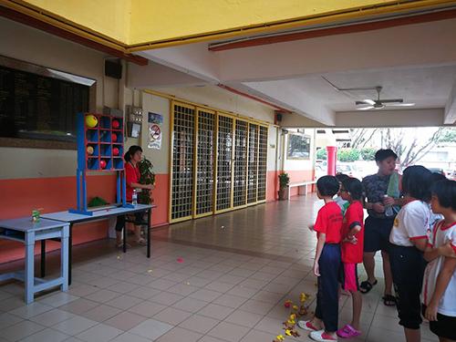 除了充气城堡以外,校内也有一些小游戏让学生玩。