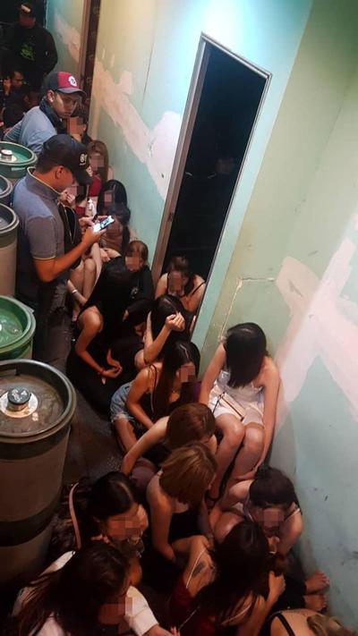卖淫女郎排排坐,准备被带返移民局总部助查。