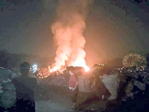 入夜,非法人士一把火烧掉不卖钱的垃圾。