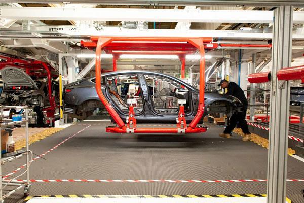位于加州费利蒙市的特斯拉工厂,员工在安装Model 3轿车部件。