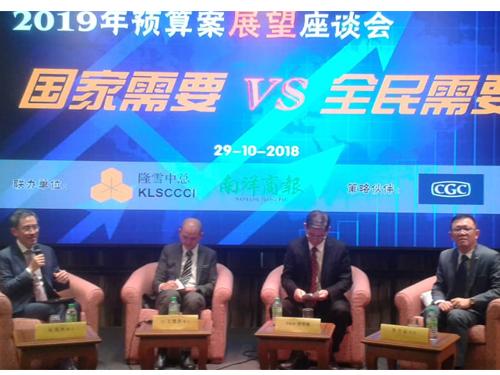 王建民(左2)预测,政府将公布放宽贷款申请条件给购买廉价房屋者,左起为张国林、林宽城和李兴裕。
