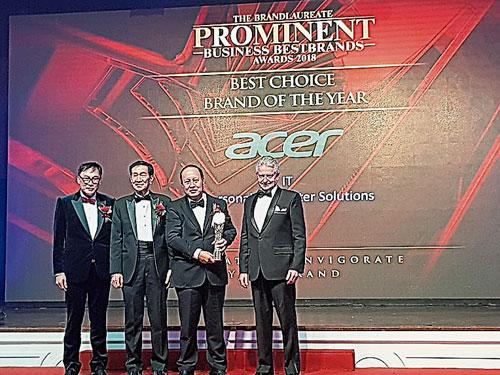 在眾嘉賓的見證下,陳重瑞(右2)代表公司上台接領2018年IT最佳選擇品牌獎。
