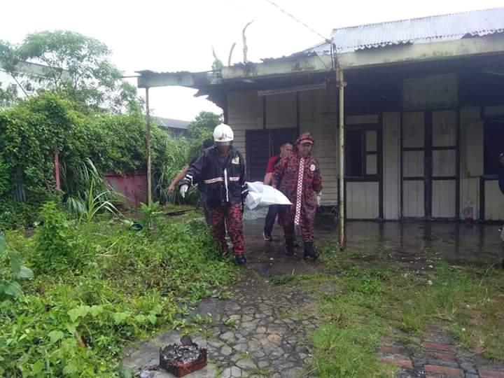 消拯局人员把遗体抬起,送往打巴医院剖检。