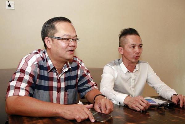 蔡得龙(左)及黄奕铵召开记者会炮轰钟伟兴。