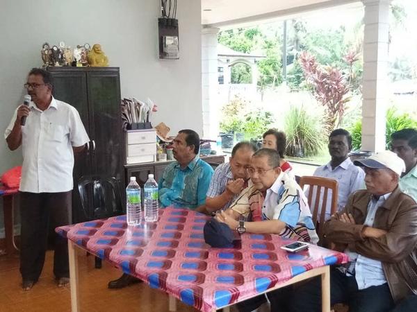 加魯比亞(左)主持座談會,丁文光(坐者左2起)及依沙。