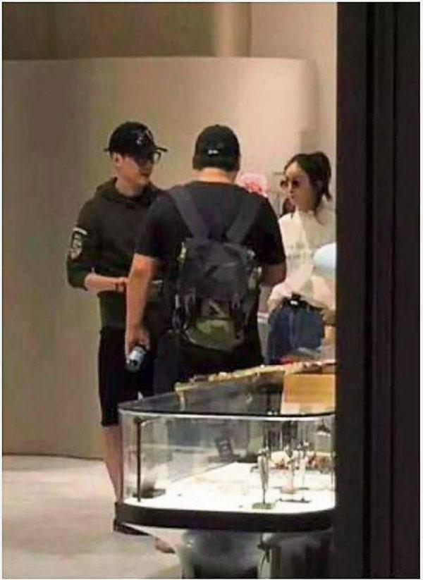 赵丽颖和冯绍峰在上海领证结婚后,便飞到香港度蜜月,狂扫婴儿用品。