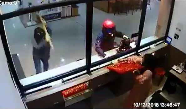 2名金店女员工疑是受到性命威胁或惊吓,乖乖听从匪徒的指示,把一盘盘的金饰交出。