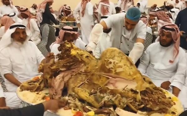 迪拜的土豪们,在厨师用刀子切开烤的金黄的骆驼后,就用手撕着吃。