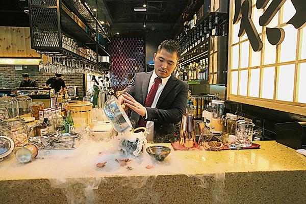 曾繁升结合本地材料,调制出专属槟城人口味的创意鸡尾酒。