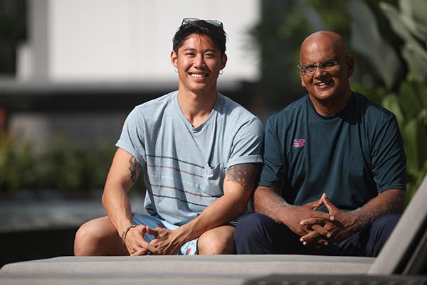 郑伟杰(左)与前癌症患者艾里尔认识1年左右,艾里尔首次到蒙古徒步为癌症病患筹款。