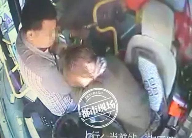 男乘客暴打女司机的画面。