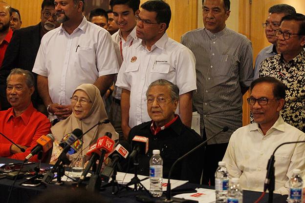 马哈迪(前排右2)主持记者会,右起为希盟实权领袖安华、总裁旺阿兹莎和署理总裁慕尤丁。