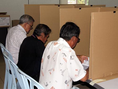 蔡细历(左)与其他区会代表一起投选心目中的人选。