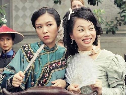 张凤妮(左)在《苗翠花》中扮演江华的二姨太。