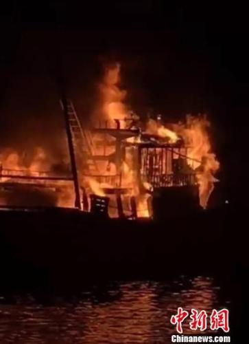 起火的渔船。