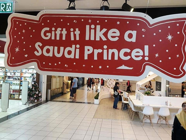 """写着""""像沙地王子一样送礼""""的圣诞布置卡。(图取自网络)"""