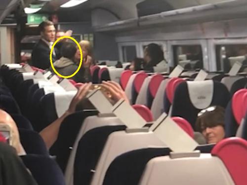 遭辱骂的中国男子(黄圈)。
