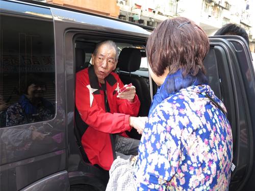 周润发姐姐周聪玲送李兆基上车外,还递上红包给对方。