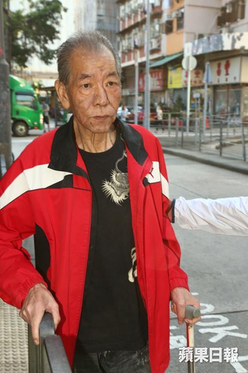 中风后的李兆基拄着拐杖、身形消瘦不少。