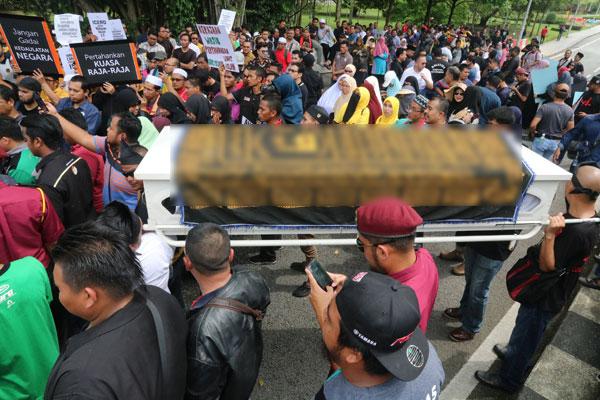 百名穆斯林非政府组织代表周三在国会外抬棺木,抗议政府有意在明年签署联合国的《消除一切形式种族歧视国际公约》。