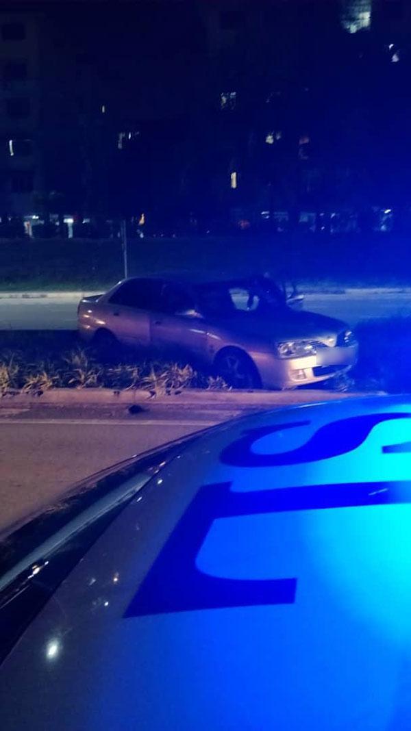 偷车匪形迹可疑遭警方从后追捕,惊慌中轿车失控猛撞防护栏。