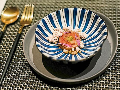Perrier-Jouet Belle Epoque 2008是一款非常有活力的葡萄酒,口感清爽。用餐者会发现香槟能带来理想的美味和平衡感,每一口都充满活力且口感清新。这为拥有鲜甜软嫩口感的焦糖柚子格兰尼它冰糕配鱼鱼肝(鮟鱇鱼肝有海中鹅肝的美誉),完美释放海洋澎湃的鲜味。