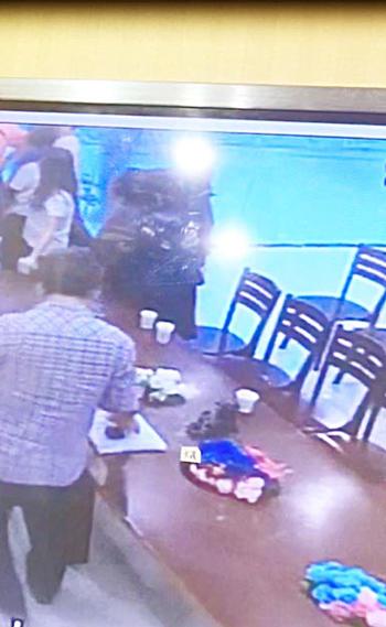 珠宝店电眼画面显示,一名男子将玉镯放进口袋。(受访者提供)
