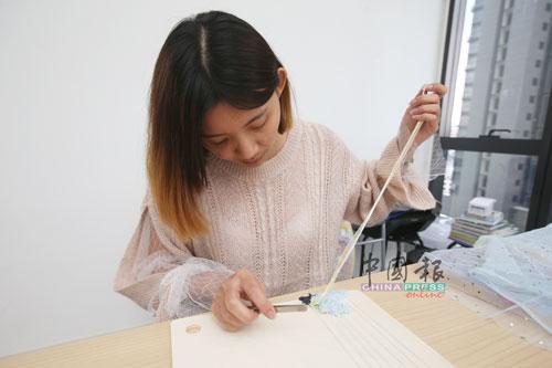 毛线、自染线、羊毛毡、pom-pom毛球、混合毛线等,常被用来进行编织。