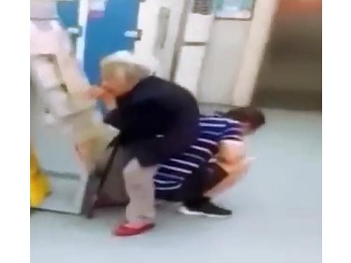 男子以背为凳让84岁妈妈坐下休息。