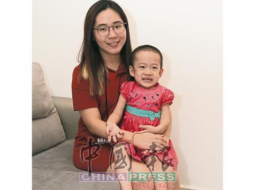 看到小羡颐脸上无邪的笑容,身为母亲的刘晓静誓要陪着女儿坚强对抗病魔。
