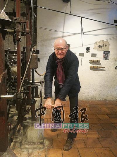 眼前这位在钟楼里守护着天文钟的时光老人马库斯马蒂,他每天按时按候为天文钟上链,他说,这个任务不艰难,但必须要有人执行,并且不能忘记。