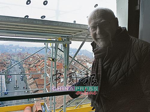 从钟楼内部高处的窗户,可以望到旧城区的街景。