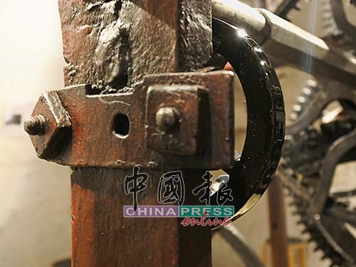 走进钟楼里,可以近距离看见这个源自中世纪的天文钟机械装置。