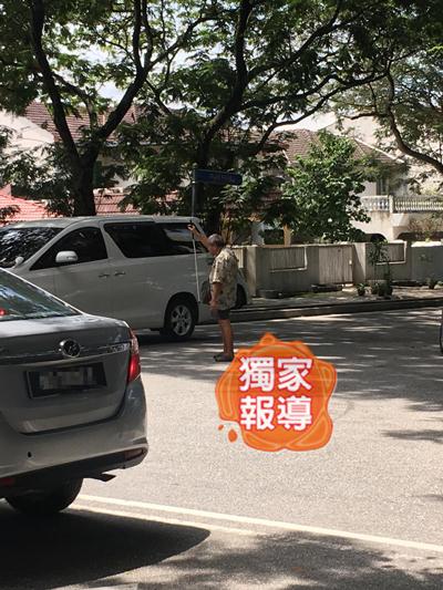 失明老翁在路中间徘徊,经过的车子纷纷放缓车速,免得撞伤他。