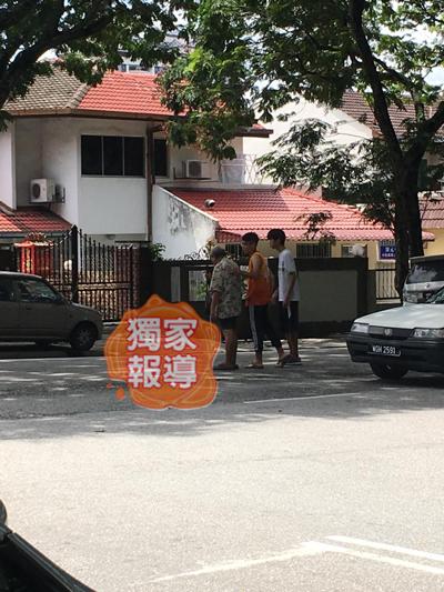 看到失明老翁在路中间,有年轻人上前将他扶到路旁。