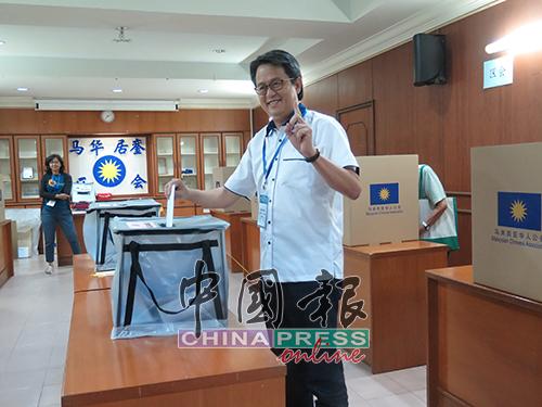 颜炳寿信心满满的为自己和团队投下一票!