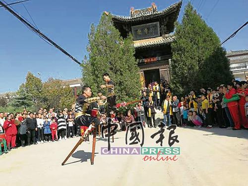 马来西亚新山洪扬体育会随团参与文化交流,到中国山西省运城西古村关氏后裔村表演。