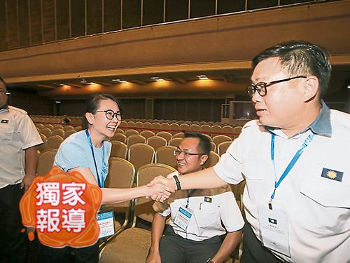 王晓庭(左)打败吴健南,成为首位马青女总团长。