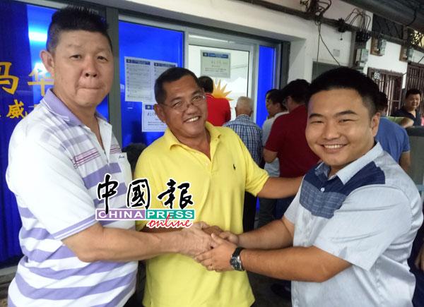 党员预祝吴德强(右)旗开得胜。