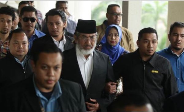 沙巴前首长兼双溪西埔架区州议员丹斯里慕沙阿曼今日被控35项贪污控状,他否认所有控状,要求审讯。