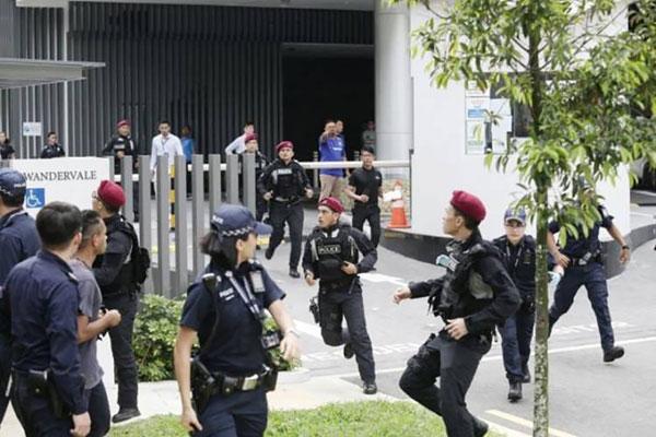 男子在好事被撞破后慌忙逃命并匿藏公寓停车场,惊动警方派大队人马和警犬,历时数小时才成功将他揪出。