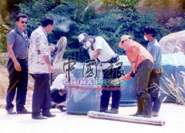 霹雳州环境局、曼绒县议会及警方合作将氰化钾装入塑胶桶内密封。