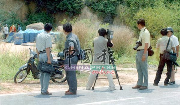 邦咯岛弃毒事件轰动全国,不少媒体不惜在烈日曝晒下采访最新的消息。