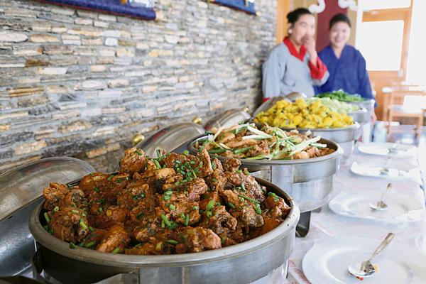 不丹整个国内虽然不杀生,但还是会从邻国如印度进口猪肉、鸡肉、鱼肉等,因此身在不丹,你还是可以享受各种肉类菜肴。