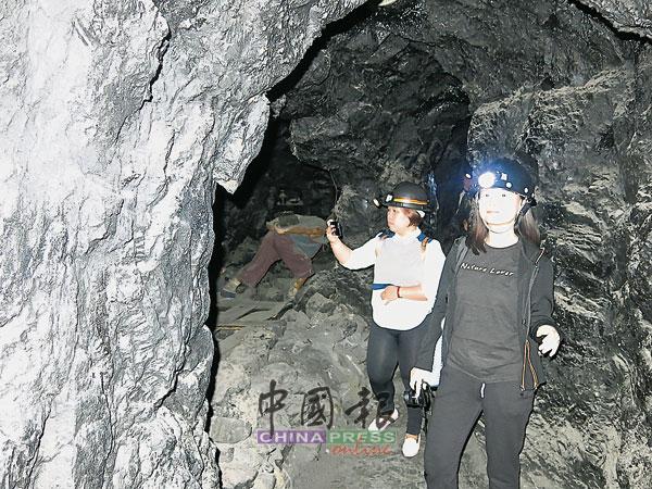 """地下模拟矿井是""""百分百""""模拟,包括地底下凿开的隧道壁面,所经之处,处处逼真。"""
