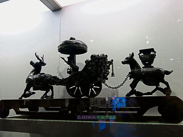 """不说你不知,这艺术品""""福禄寿车""""是用煤精雕刻而成。"""