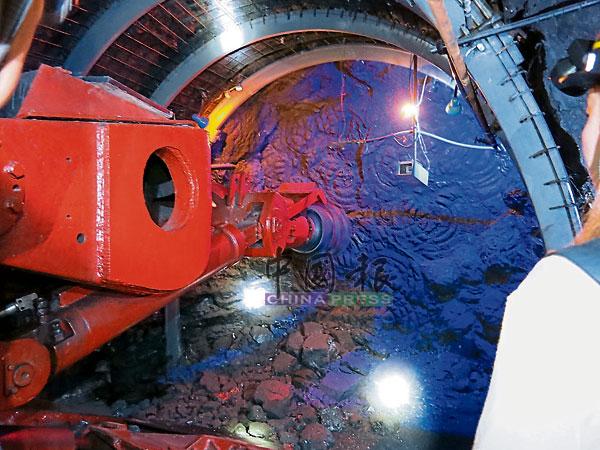 """现代化采煤机械,展示了机械如何深入地底,紧紧""""咬""""住煤层开采。"""