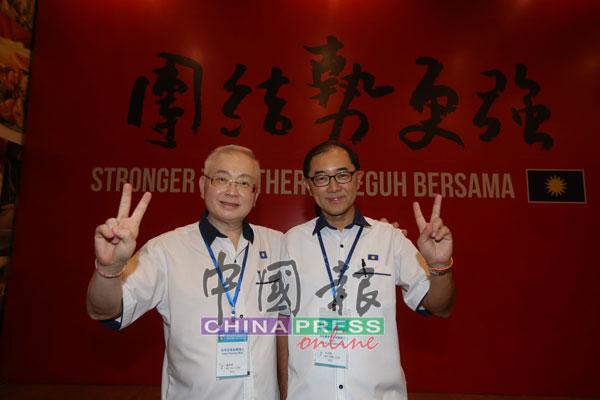 """魏家祥(左)与马汉顺的""""魏马配""""团队高奏凯歌,当选新任马华总会长和署理总会长。"""