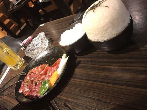 这么大碗的白饭,让点餐的顾客哭笑不得。