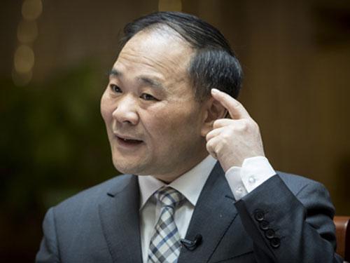 李书福认为,中国应避免依赖他人技术,必须要创造自己的核心技术,这才是用钱也买不到的。